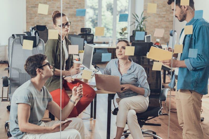 Colegas alegres que planean estrategia corporativa en oficina imagen de archivo