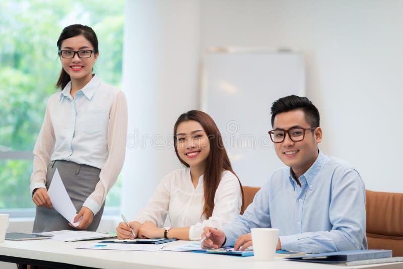 Colegas asiáticos do negócio foto de stock royalty free