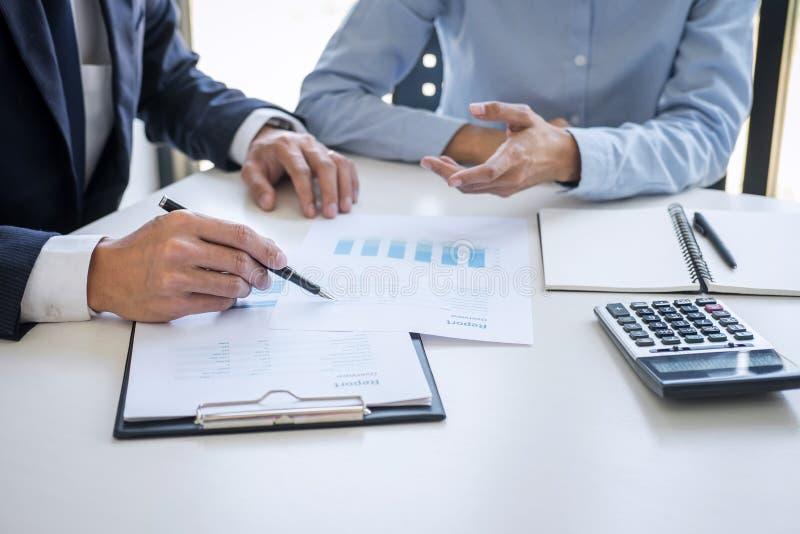 Colegas da equipe do negócio que discutem trabalhando a análise com os dados financeiros e introduzindo no mercado o gráfico do r foto de stock