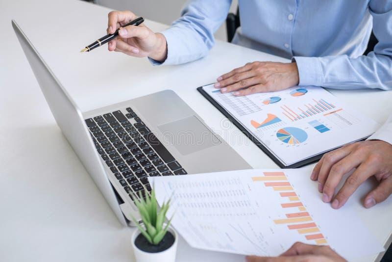 Colegas da equipe do negócio que discutem trabalhando a análise com os dados financeiros e introduzindo no mercado o gráfico do r fotografia de stock