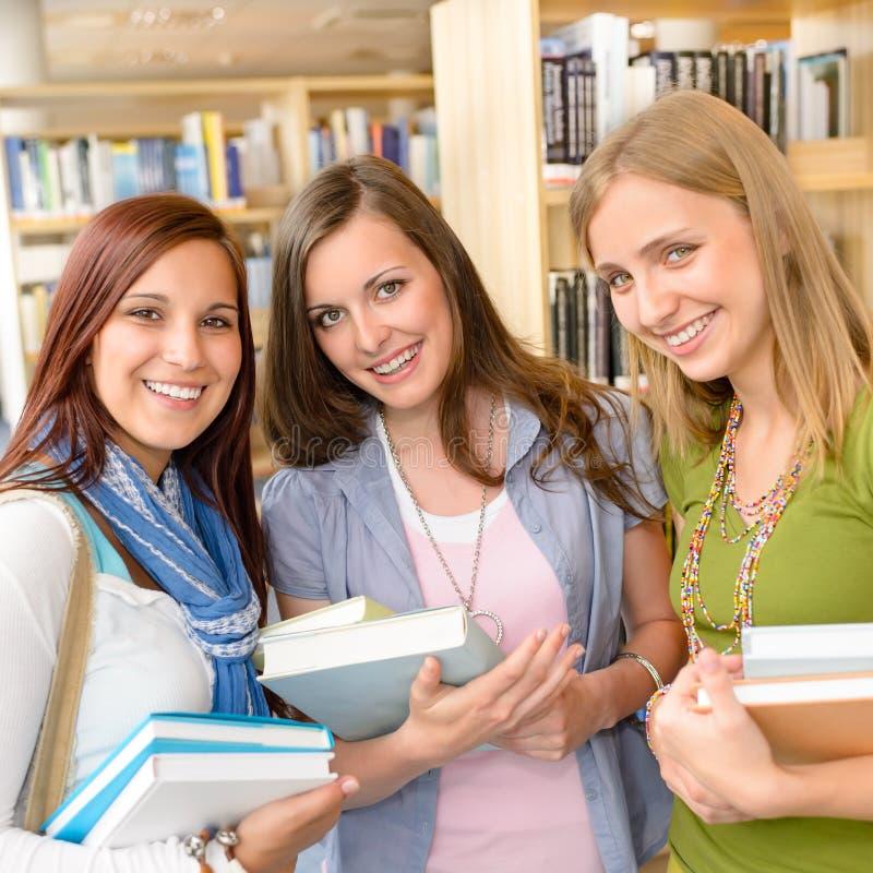 Colegas da High School com livros da biblioteca foto de stock