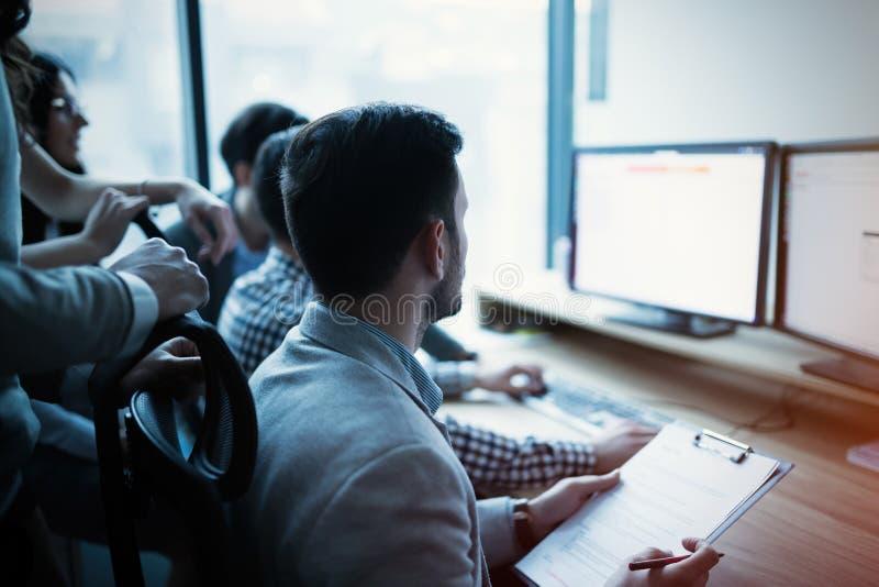 Colegas da TI que trabalham no projeto de programação de software imagem de stock royalty free