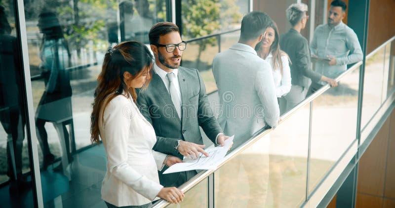 Colegas de negócios conversando durante o intervalo do café imagens de stock royalty free