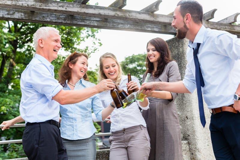 Colegas de oficina que beben la cerveza después de trabajo fotos de archivo libres de regalías