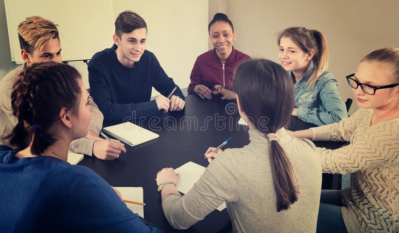 Colegas de sorriso que trabalham em seu projeto imagem de stock royalty free