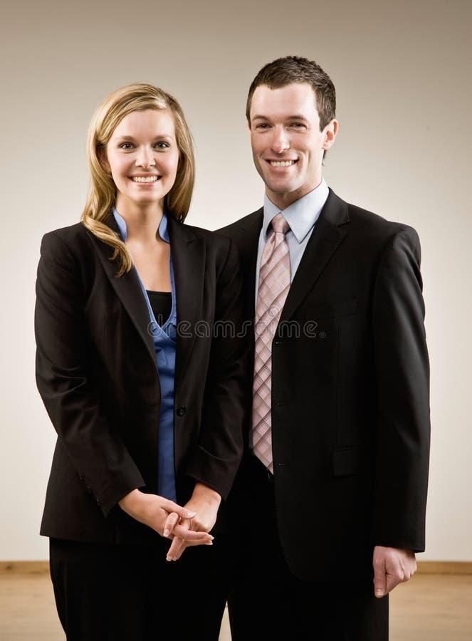 Colegas de trabalho confiáveis no levantamento dos ternos foto de stock