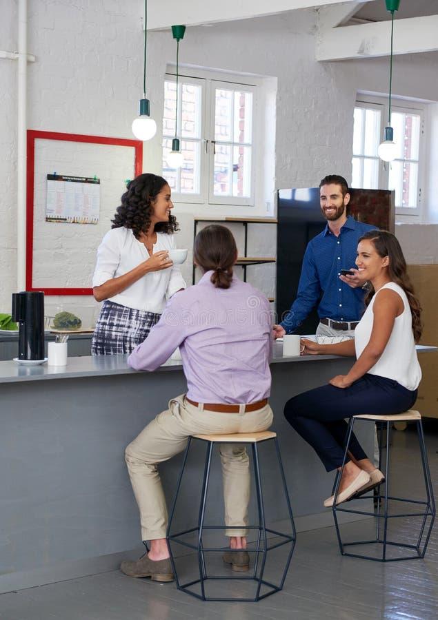 Colegas de trabalho da ruptura de café do escritório imagens de stock