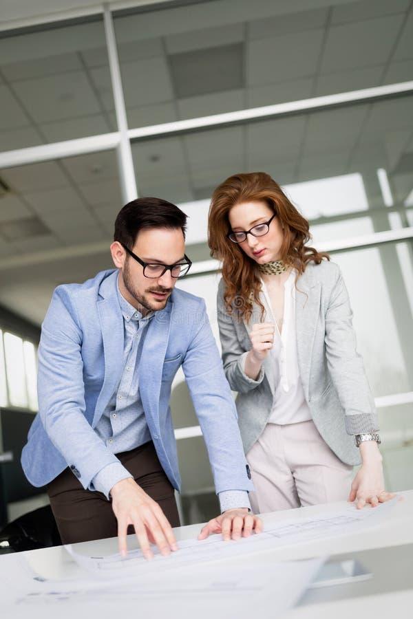 Colegas de trabalho do negócio que discutem ideias novas e que conceituam em um escritório moderno fotografia de stock royalty free