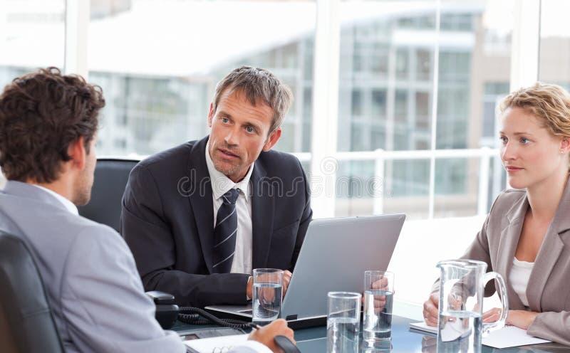 Colegas de trabalho durante uma reunião imagem de stock