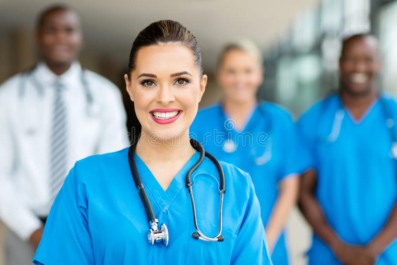 Colegas de trabalho fêmeas novos do doutor foto de stock