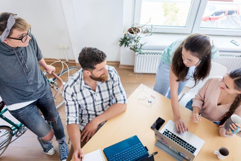 Colegas de trabalho novos que cooperam ao trabalhar como freelancers imagens de stock royalty free