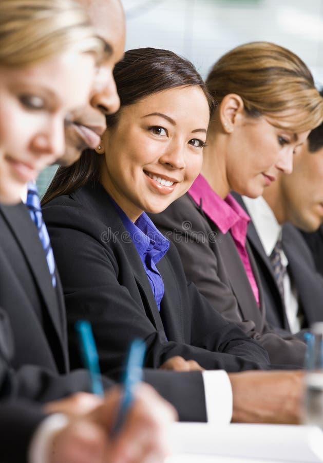 Colegas de trabalho que encontram-se na tabela na sala de conferências fotografia de stock royalty free