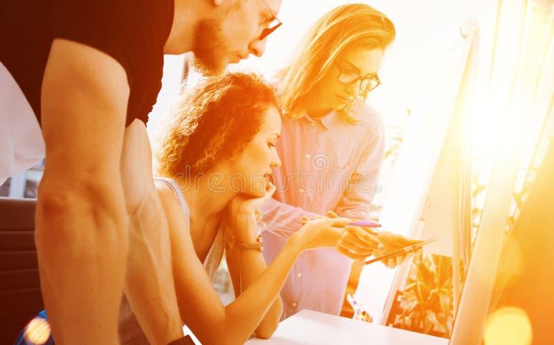 Colegas de trabalho que fazem grandes decisões Negócio novo que introduz no mercado o escritório moderno de Team Discussion Corpo fotos de stock royalty free