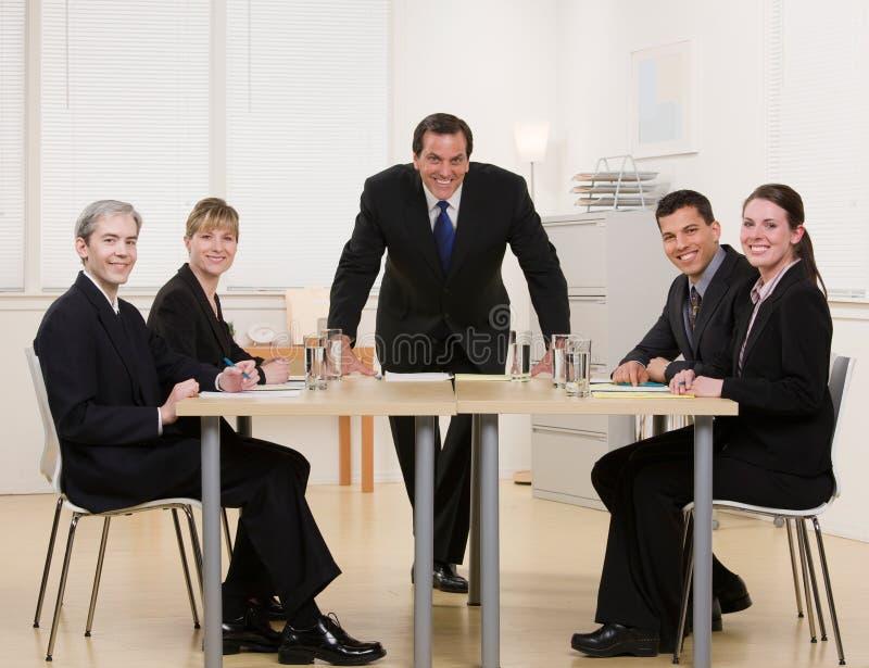 Colegas de trabalho que sentam-se na tabela de conferência fotografia de stock royalty free