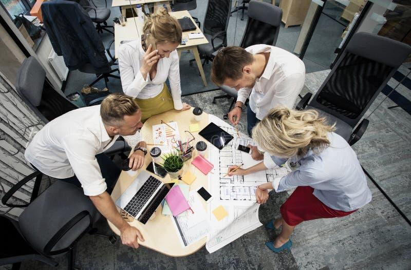 Colegas de trabalho que trabalham no grupo na sala de reunião imagem de stock royalty free