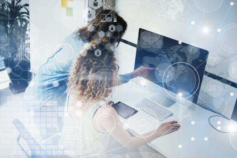 Colegas de trabalho que trabalham a tabela moderna da madeira do monitor do Desktop Gerentes de banco que pesquisam o processo Ne imagem de stock