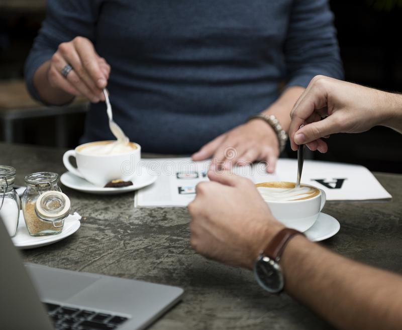 Colegas del café del café que encuentran a amigos imagen de archivo