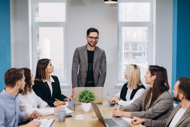 Colegas del negocio en sala de reuni?n de la conferencia durante la presentaci?n foto de archivo