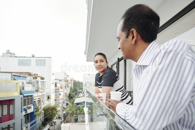 Colegas del negocio que hablan en el balcón fotos de archivo libres de regalías