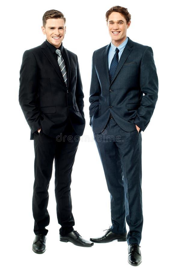 Colegas del negocio que presentan en estilo fotos de archivo