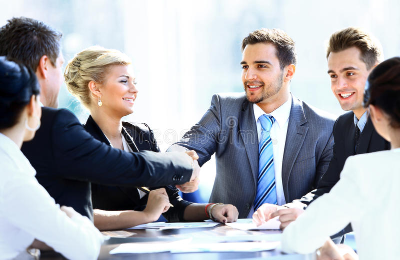 Colegas del negocio que se sientan en una tabla durante una reunión fotografía de archivo libre de regalías