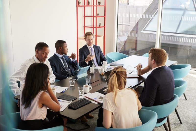 Colegas del trabajo que tienen una reunión en la sala de reunión fotografía de archivo