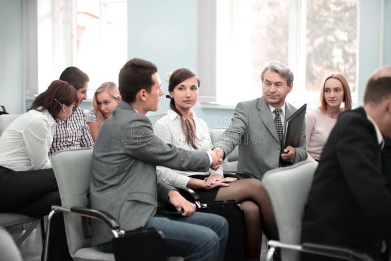 Colegas do aperto de mão na sala de conferências antes da reunião imagens de stock