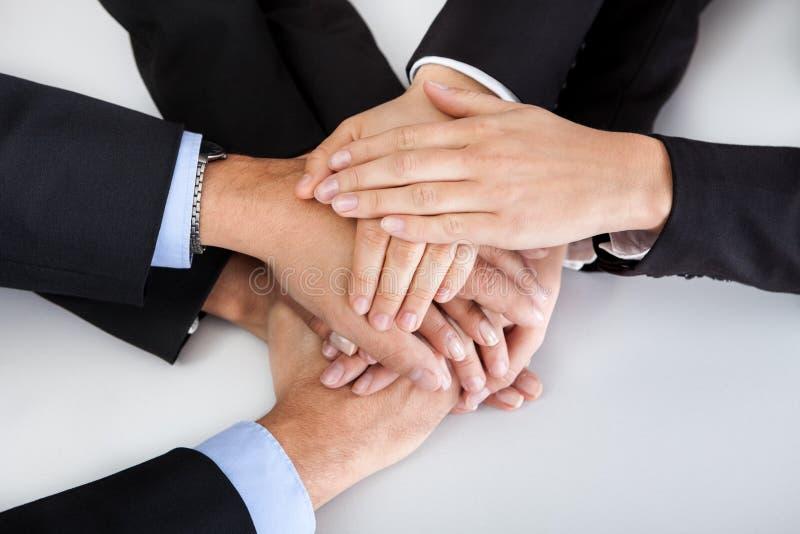 Colegas do negócio com as mãos empilhadas junto fotografia de stock