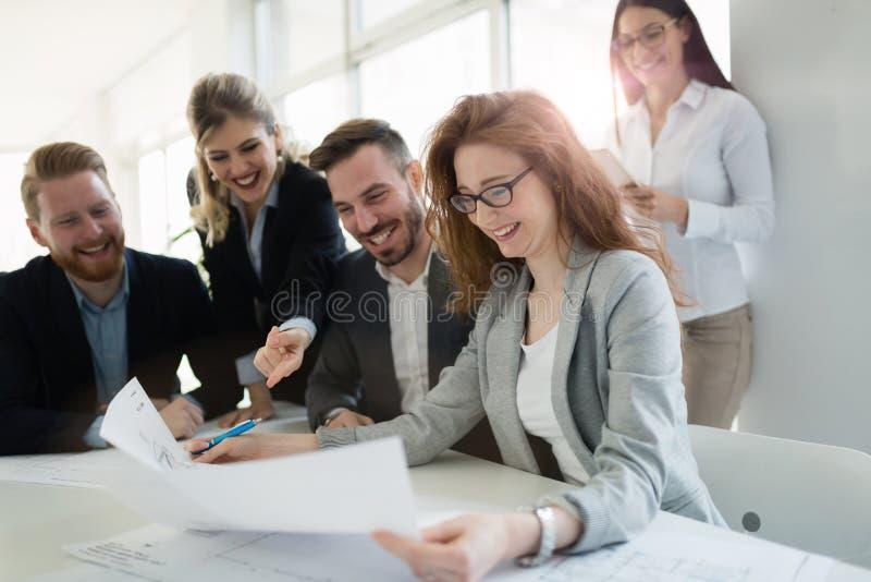 Colegas do negócio em seu local de trabalho no escritório imagem de stock