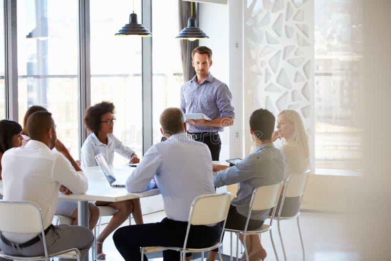 Colegas em uma reunião do escritório imagem de stock
