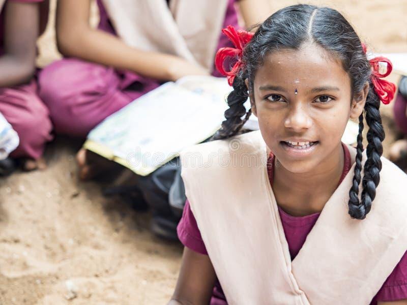 Colegas engraçados felizes das meninas dos amigos das crianças que sorriem rindo da escola fotos de stock royalty free