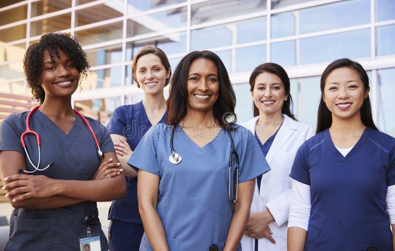 Colegas fêmeas dos cuidados médicos que estão o hospital exterior fotos de stock