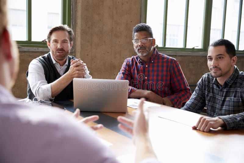 Colegas masculinos acima ocasionalmente vestidos em uma reunião, fim imagem de stock royalty free