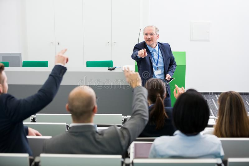 Colegas mayores de Asking Questions To del hombre de negocios mientras que da P fotografía de archivo