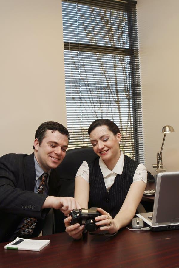 Colegas que sorriem em fotos - vertical fotos de stock royalty free