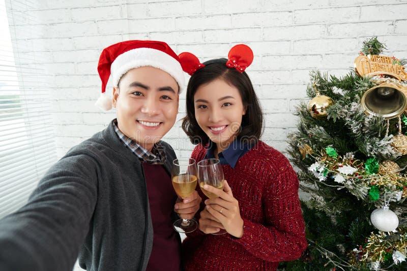 Colegas que tomam o selfie do Natal fotografia de stock royalty free