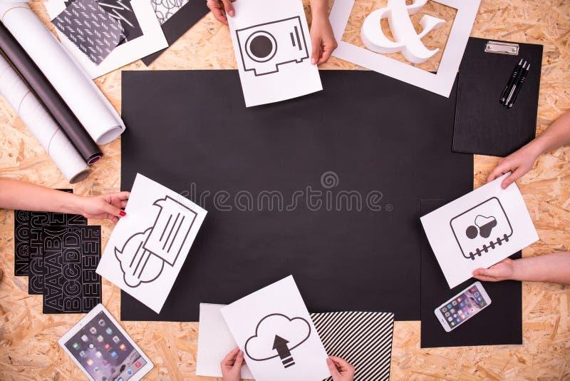 Colegas que trabajan en tarea fotografía de archivo libre de regalías
