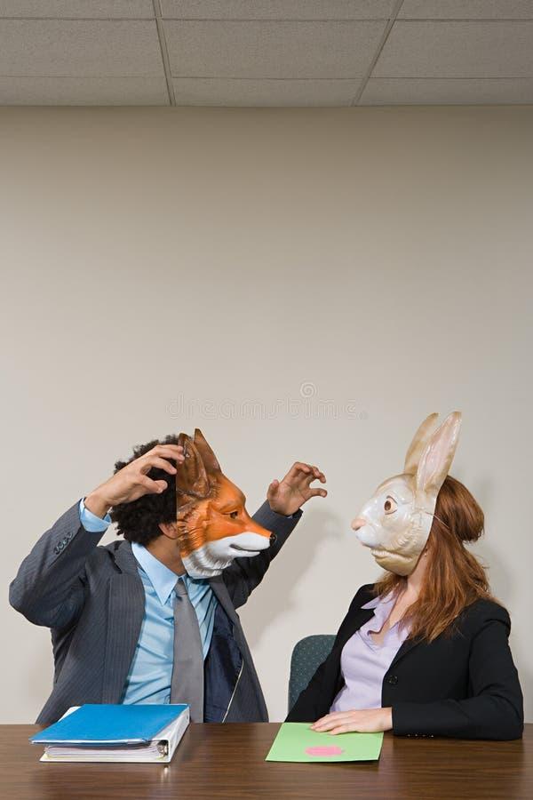 Colegas que vestem máscaras fotos de stock royalty free