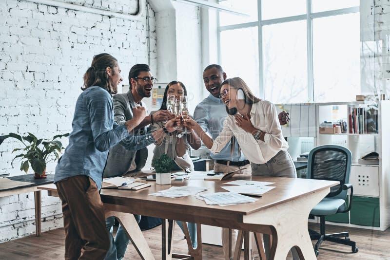 Colegas y amigos Grupo de hombres de negocios felices el tostar foto de archivo