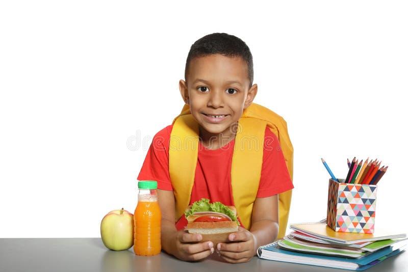 Colegial afroamericano con la comida sana imagen de archivo