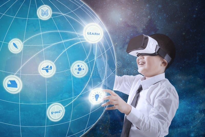 Colegial que lleva los vidrios de la realidad virtual imagenes de archivo