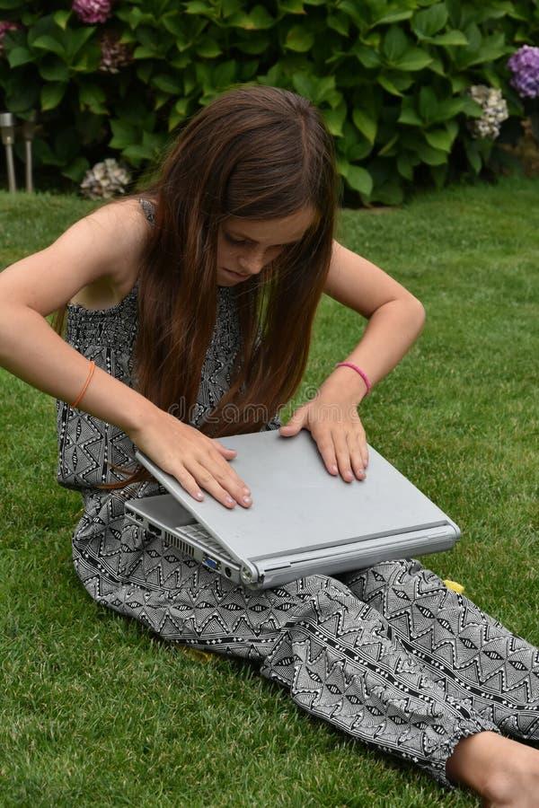 Colegiala adolescente con el cuaderno imagen de archivo libre de regalías