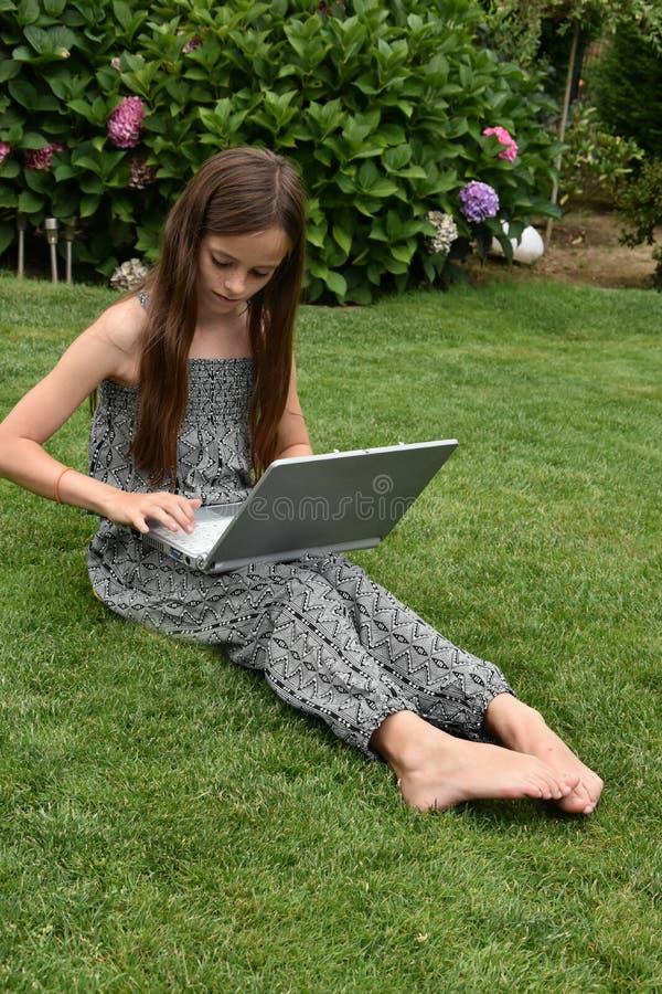 Colegiala adolescente con el cuaderno imagenes de archivo