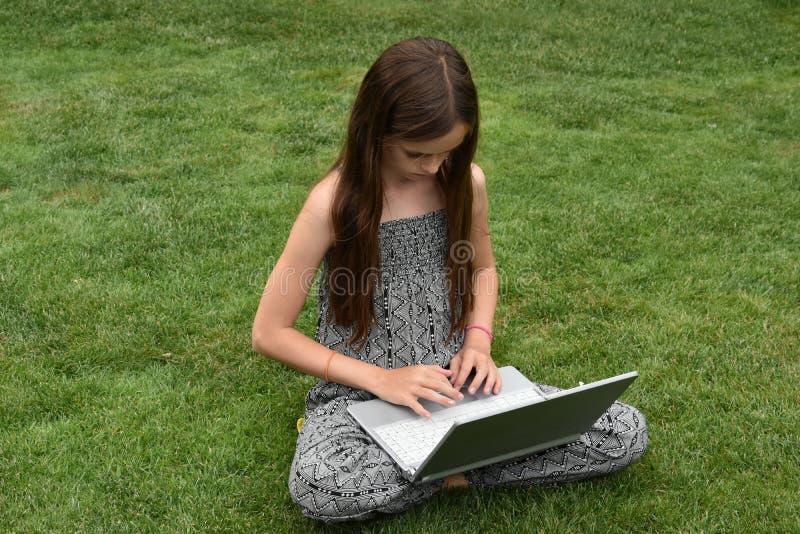 Colegiala adolescente con el cuaderno foto de archivo