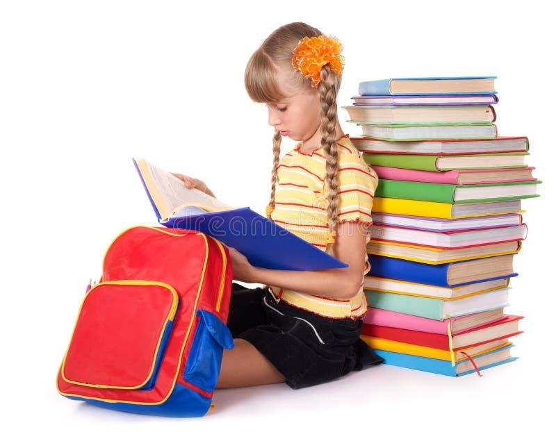 Colegiala con la pila de la lectura del morral de libros. foto de archivo