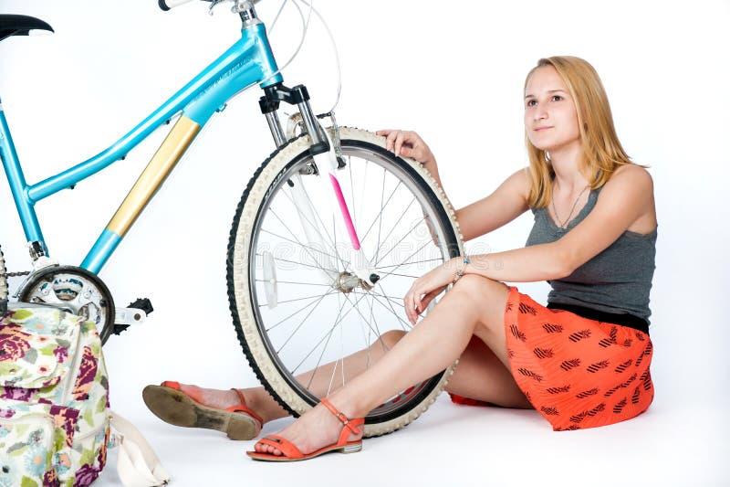 Colegiala del adolescente con su bicicleta imagen de archivo libre de regalías