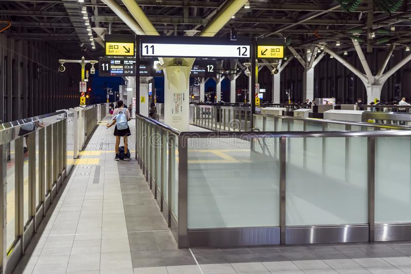 Colegiala en la estación de tren en Japón imagenes de archivo