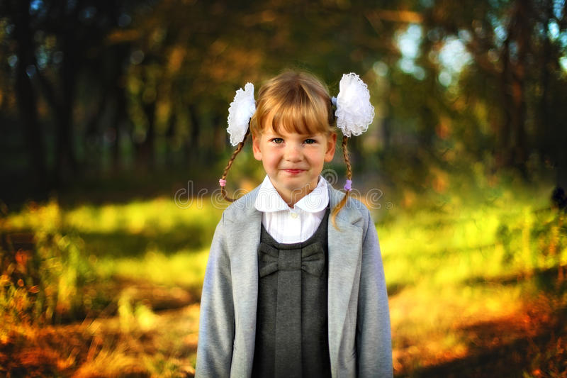 Colegiala hermosa de la muchacha imágenes de archivo libres de regalías