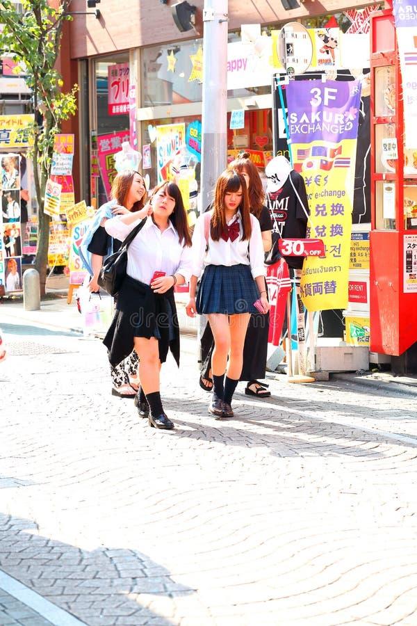 c76a62abd Mujeres Japonesas De Moda Con Los Cuernos Del Reno En Sus Cabezas ...