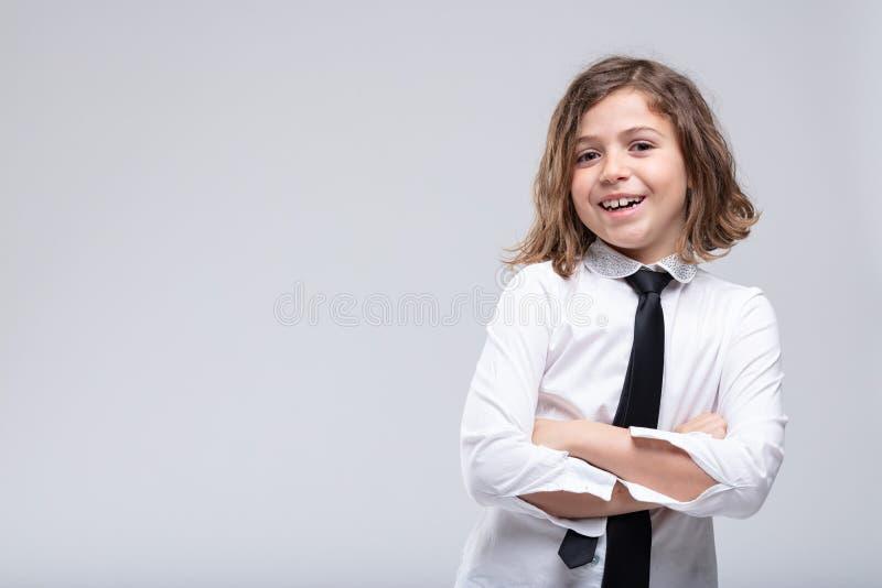 Colegiala joven feliz con sonrisa amistosa preciosa imagen de archivo